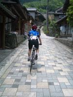 宇津ノ谷の集落を上る