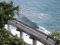 高波と東名高速下り線