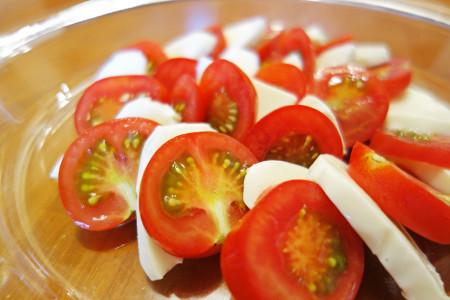 自家製トマトと朝霧乳業製モッツァレラチーズ