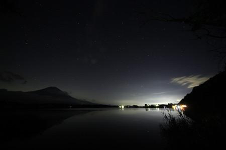 富士山と湖面の灯り