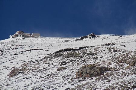 雪煙舞い上がる剣ヶ峰