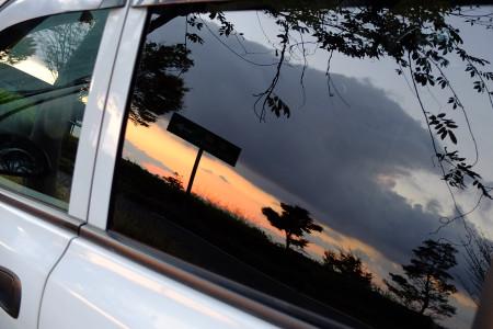 車に映る朝焼け