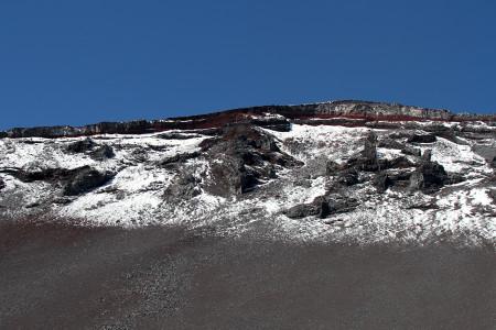 雪と岩の光景