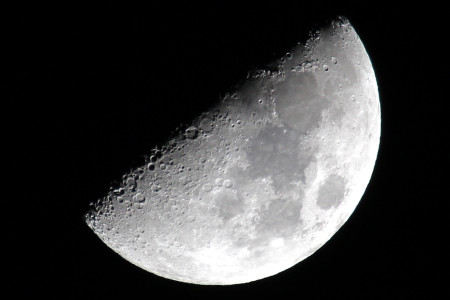 上弦の月と月面X