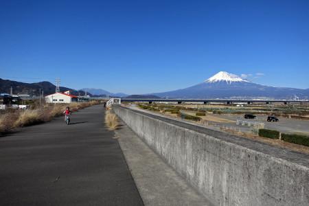 富士山をバックに進む