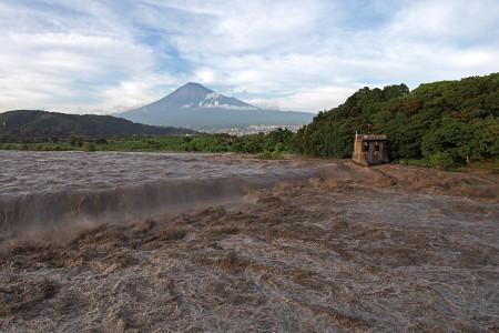 濁流の富士川と富士山