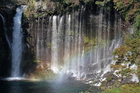 虹のかかる白糸の滝