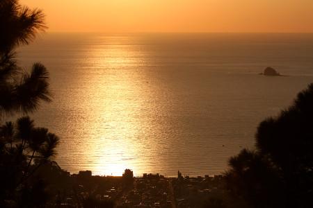 金色に輝く伊東の海