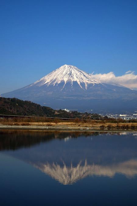 水面に富士を映す富士川