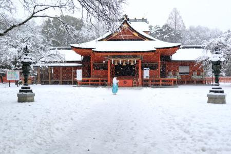 雪の浅間大社拝殿