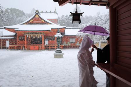 雪の中での結婚式