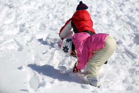 子供たちはさっそく雪遊び