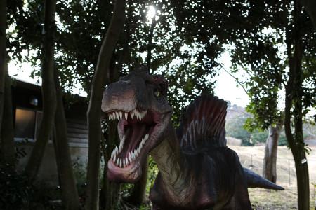 恐竜が迫る