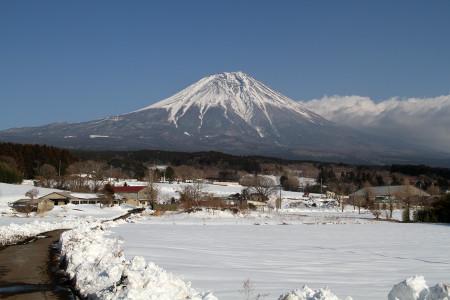 朝霧高原の雪景色と富士山