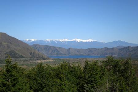 本栖湖と南アルプスを望む