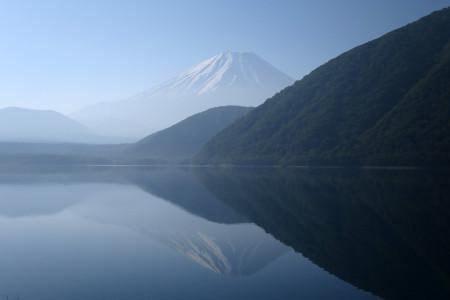 本栖湖畔からの逆さ富士