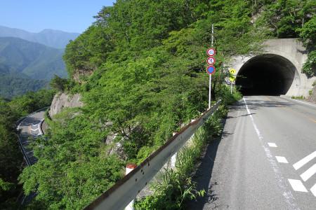 本栖道のトンネルとカーブ