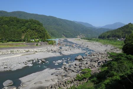 高台から富士川を望む