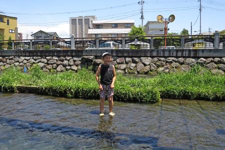 川の水は冷たい
