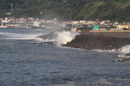 高波の駿河湾由比付近