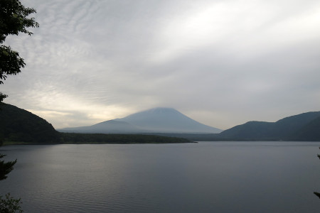 精進湖畔からの富士山