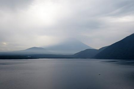 雲に隠れ消えゆく富士山
