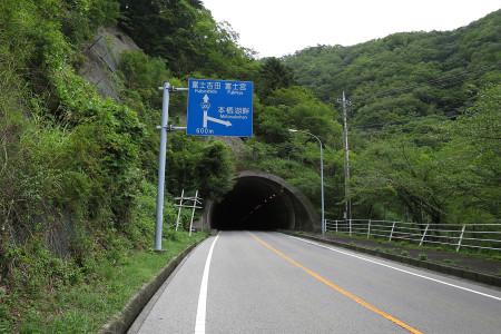 本栖湖手前のトンネル