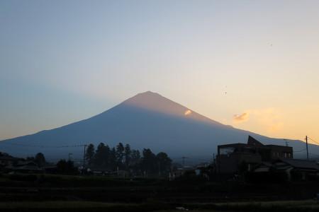 陽があたりはじめる富士山