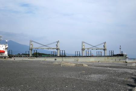 田子の浦港から出ていく船