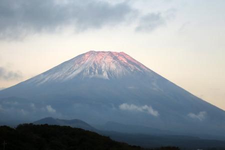 夕陽に染まる富士山の雪