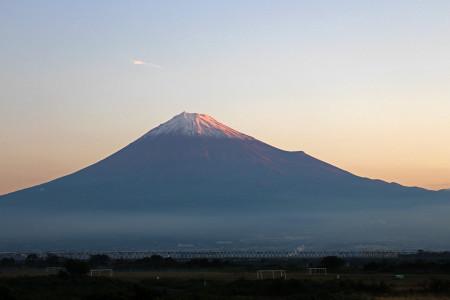 雪化粧した夜明けの富士山