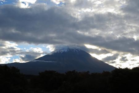 富士山頂の雪が見える