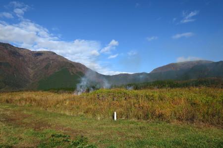 野焼きと山々
