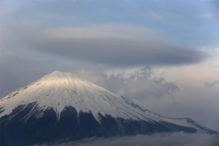 冬富士とかさ雲