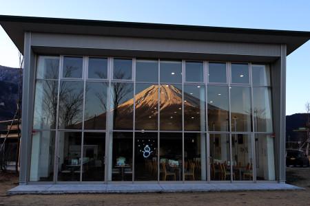 ビュッフェレストランふじさんの窓に映った富士山
