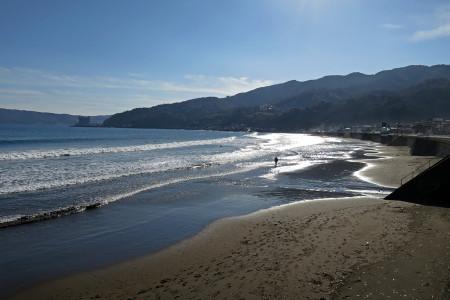 宇佐美海岸とサーファー