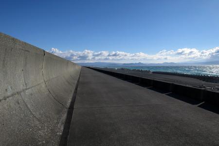 千本浜の堤防下を走る