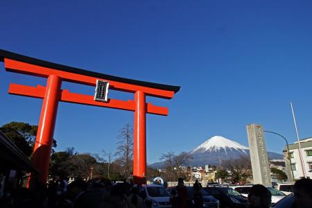 富士山本宮浅間大社大鳥居と富士山