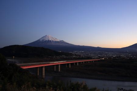 8日朝の富士山(東名高速富士川S.A.より)