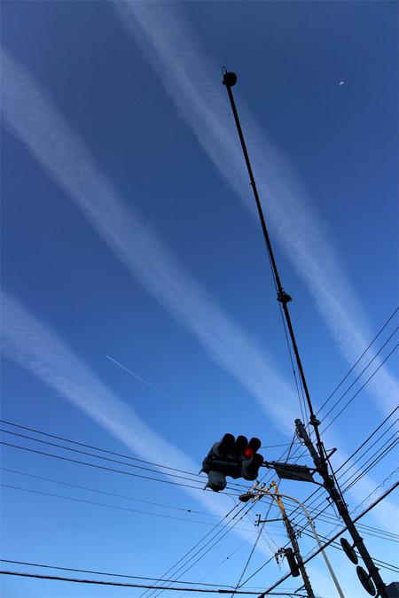 三本のすじ雲と飛行機雲と月