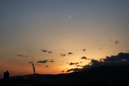 夕暮れと飛行機雲