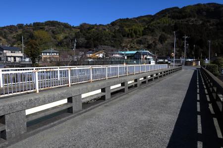 興津川を渡る