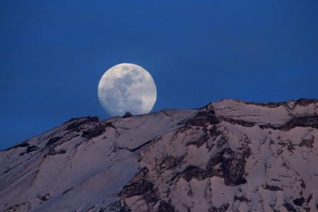 月は薄雲の向こうに