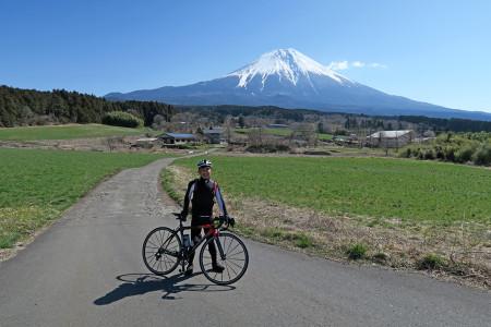 雄大な富士山をバックに