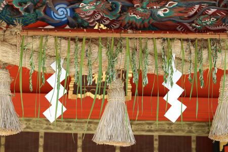 菖蒲が飾られた浅間大社拝殿