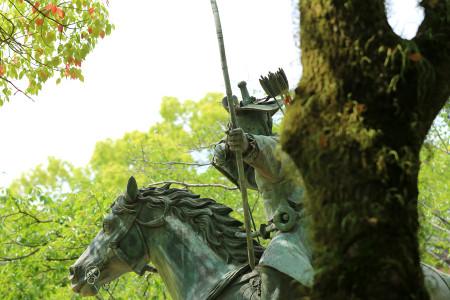 鎌倉武士の流鏑馬像