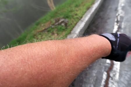 腕に水滴が