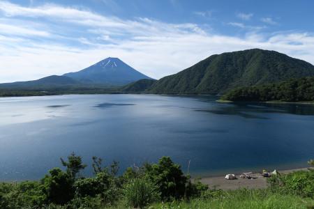 本栖湖畔からの富士山