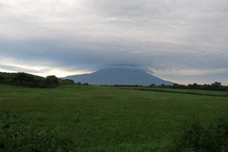 雲に包まれる富士山頂