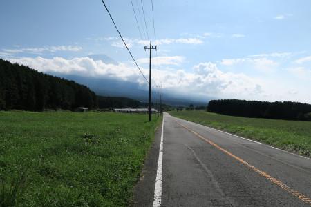 富士山に向かって下る道